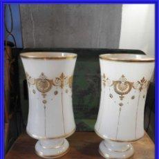 Antigüedades: VASOS O JARRONES DE OPALINA BLANCA PINTADA DE EPOCA NAPOLEON III. Lote 265216319