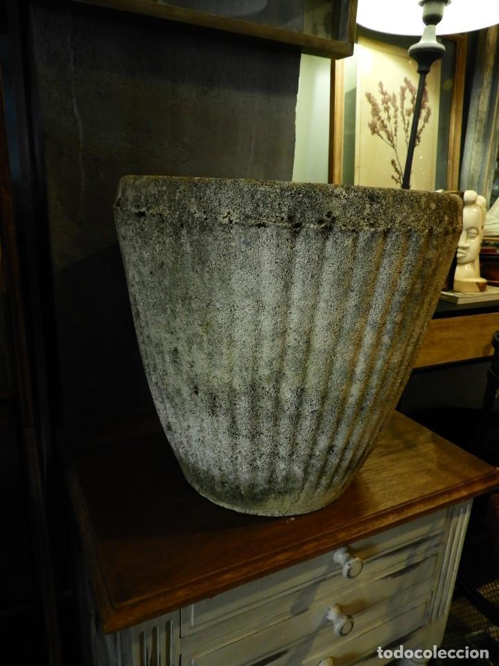 Antigüedades: MACETERO DE PIEDRA CON LA PARTE EXTERIOR LOBULADA - Foto 5 - 265274524