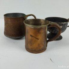 Antigüedades: LOTE DE VASOS DE METAL ,COBRE O NÍQUEL CON GRABADOS 9X9. Lote 265322259