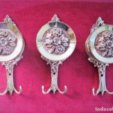 Antigüedades: 3 GRANDES PERCHAS DE BRONCE O LATÓN MADE IN ITALY PESAN 820 GRS.. Lote 265331634