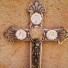 Antigüedades: ANTIGUO CRUCIFIJO CON LOS CUATRO EVANGELISTAS DE MADERA Y METAL 41 X 58 CM.. Lote 265359879