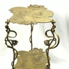 Oggetti Antichi: ANTIGUA MESITA PEDESTAL. MODERNISTA DE HIERRO PATINADO EN BRONCE PRIN SG XX. Lote 265381024