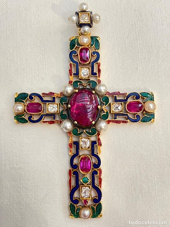 CRUZ SIGLO XIX, ORO DE 18K Y ESMALTE, DIAMANTES, RUBÍES Y PERLAS. (Antigüedades - Religiosas - Cruces Antiguas)