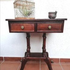Antigüedades: ANTIGUO VELADOR CON CAJONES Y PIES GARRA BRONCE. Lote 265467264