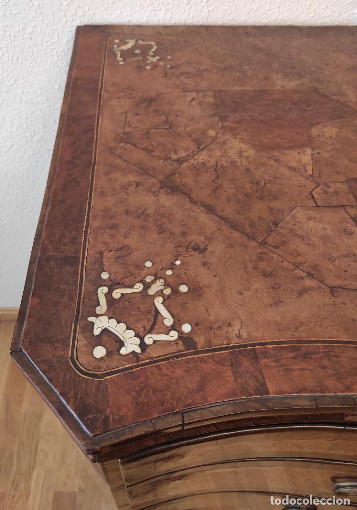 Antigüedades: Preciosa Cómoda Carlos IV - Raíz de diferentes Maderas - Marquetería en Nácar - S. XVIII - Foto 4 - 265489134