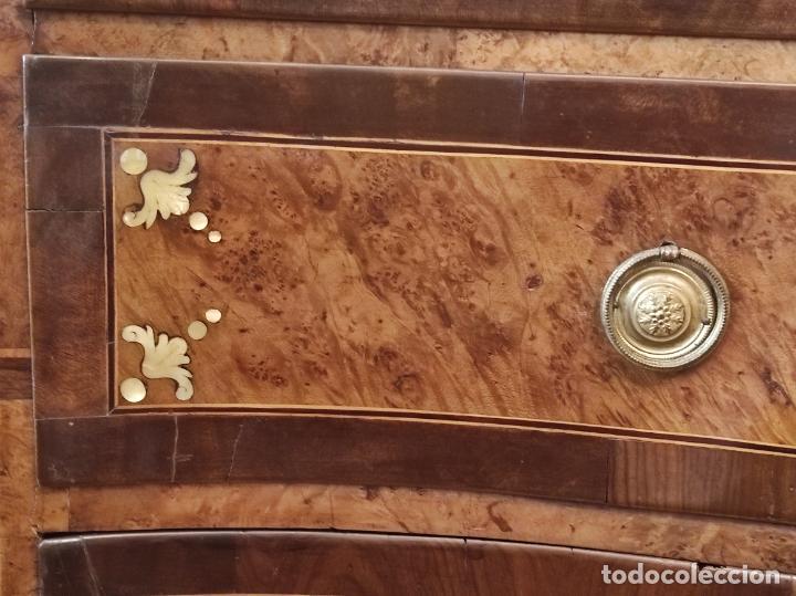 Antigüedades: Preciosa Cómoda Carlos IV - Raíz de diferentes Maderas - Marquetería en Nácar - S. XVIII - Foto 9 - 265489134