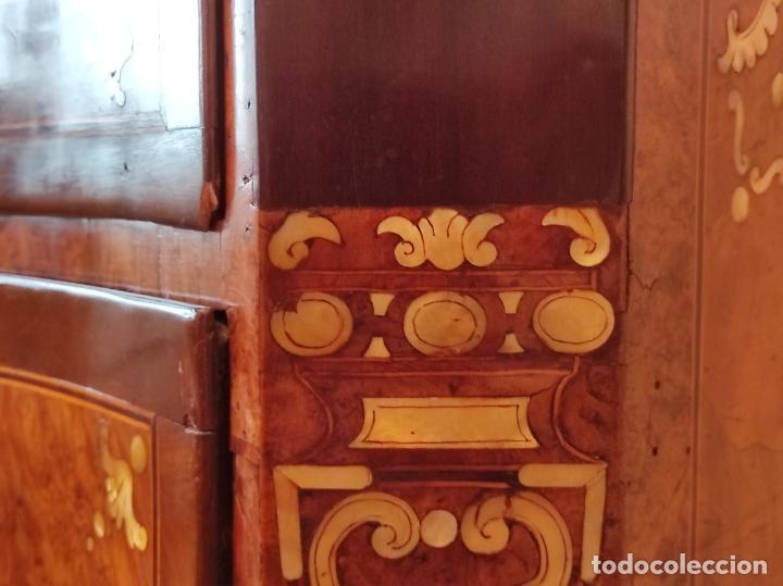 Antigüedades: Preciosa Cómoda Carlos IV - Raíz de diferentes Maderas - Marquetería en Nácar - S. XVIII - Foto 16 - 265489134