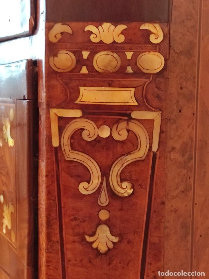 Antigüedades: Preciosa Cómoda Carlos IV - Raíz de diferentes Maderas - Marquetería en Nácar - S. XVIII - Foto 17 - 265489134