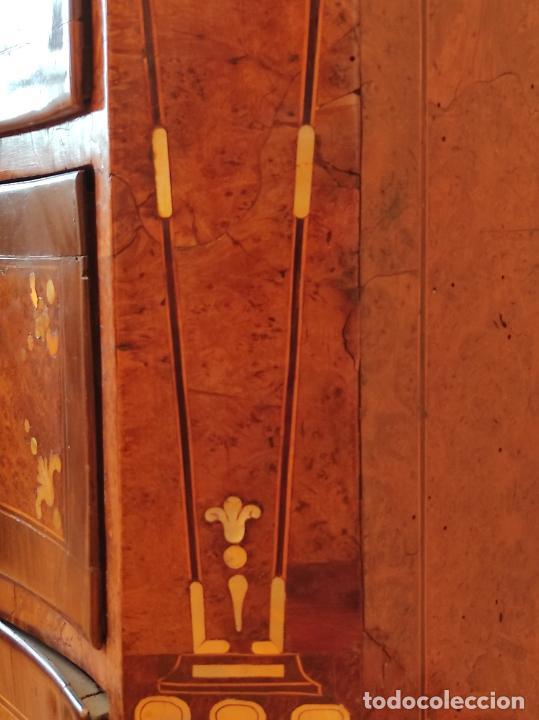 Antigüedades: Preciosa Cómoda Carlos IV - Raíz de diferentes Maderas - Marquetería en Nácar - S. XVIII - Foto 18 - 265489134
