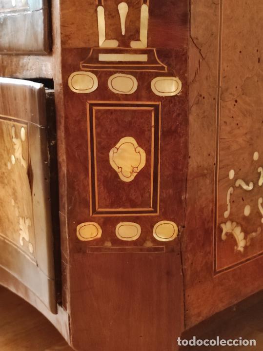 Antigüedades: Preciosa Cómoda Carlos IV - Raíz de diferentes Maderas - Marquetería en Nácar - S. XVIII - Foto 19 - 265489134