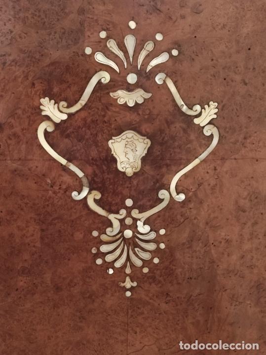 Antigüedades: Preciosa Cómoda Carlos IV - Raíz de diferentes Maderas - Marquetería en Nácar - S. XVIII - Foto 25 - 265489134