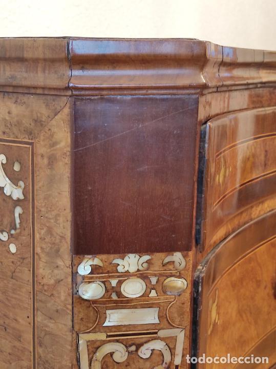 Antigüedades: Preciosa Cómoda Carlos IV - Raíz de diferentes Maderas - Marquetería en Nácar - S. XVIII - Foto 31 - 265489134