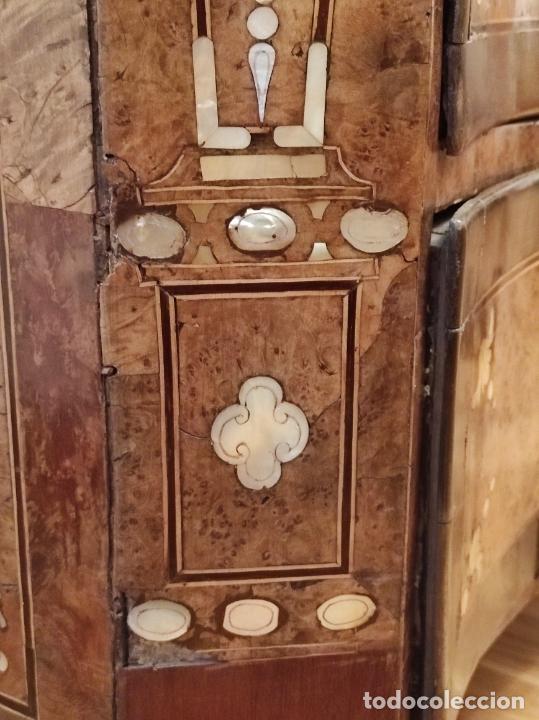 Antigüedades: Preciosa Cómoda Carlos IV - Raíz de diferentes Maderas - Marquetería en Nácar - S. XVIII - Foto 34 - 265489134