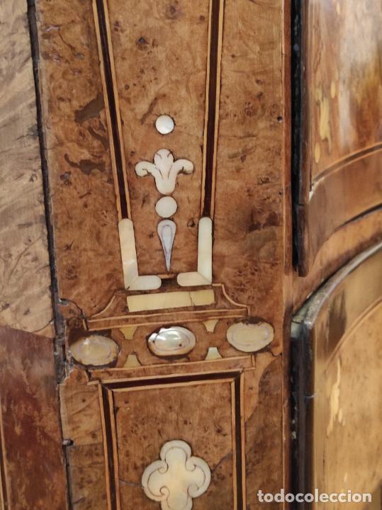 Antigüedades: Preciosa Cómoda Carlos IV - Raíz de diferentes Maderas - Marquetería en Nácar - S. XVIII - Foto 35 - 265489134