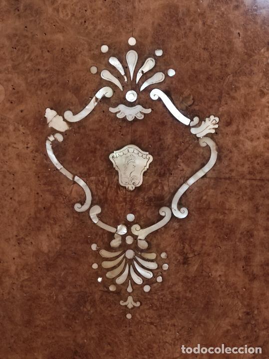 Antigüedades: Preciosa Cómoda Carlos IV - Raíz de diferentes Maderas - Marquetería en Nácar - S. XVIII - Foto 40 - 265489134