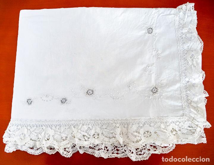 Antigüedades: Antiguas sabanas matrimonio de hilo con puntilla de bolillos, iniciales y bordados hechos a mano. - Foto 3 - 265492604