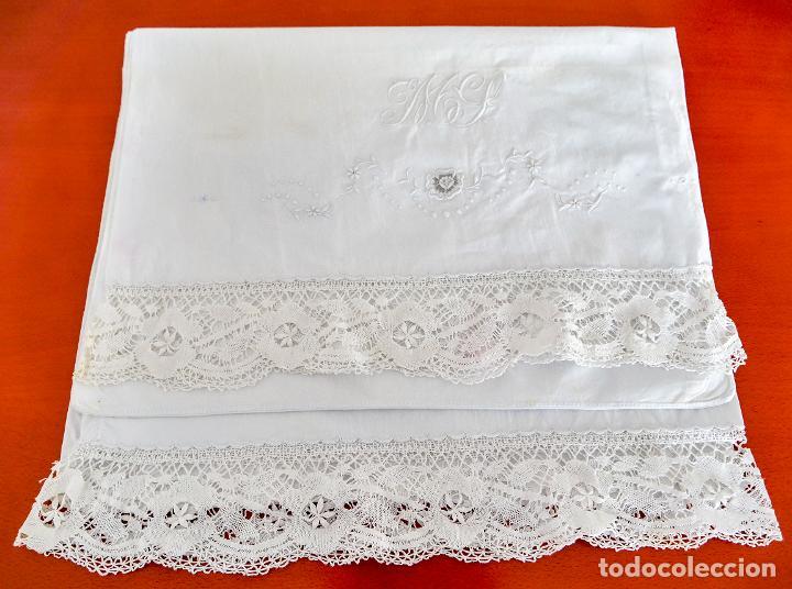 Antigüedades: Antiguas sabanas matrimonio de hilo con puntilla de bolillos, iniciales y bordados hechos a mano. - Foto 5 - 265492604