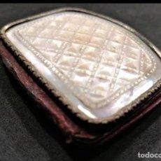 Antigüedades: ANTIGUA CARTERA DE BAILE DEL XIX DETALLES NÁCAR Y BRONCE INTERIOR SEDA. Lote 265531299