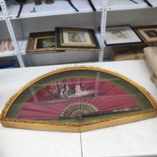 Antigüedades: ABANICO EN SEDA NATURAL Y PINTADO A MANO CON VARILLAS POLICROMADAS DEL SIGLO 19 ( CON ABANIQUERA). Lote 280190353
