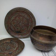 Antigüedades: LOTE DE TRES VASIJAS DE COBRE Y LATÓN CINCELADO ÁRABE - OTOMANO. Lote 265787019