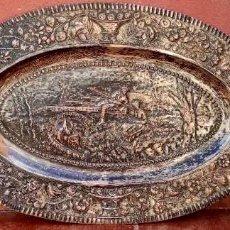 Antigüedades: BANDEJA COLGANTE DE COBRE Y BAÑO DE PLATA - CON ESCENA CAMPESTRE - TROQUEL- ANTIGUA. Lote 265793149