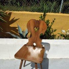 Antigüedades: BONITA SILLA DE MADERA NOBLE TALLADA.. Lote 265795184