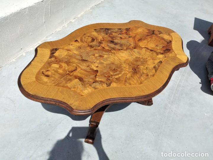 Antigüedades: Preciosa mesa de centro de salón de madera noble patas torneadas, varios tonos. - Foto 5 - 265818804