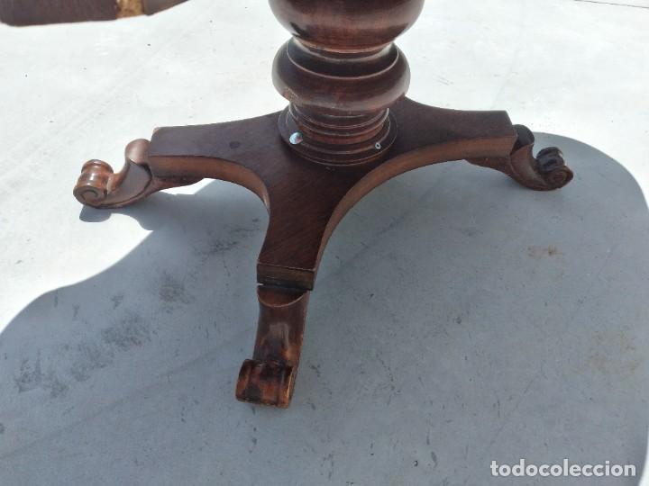 Antigüedades: Preciosa mesa de centro de salón de madera noble patas torneadas, varios tonos. - Foto 10 - 265818804