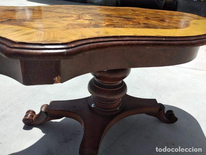Antigüedades: Preciosa mesa de centro de salón de madera noble patas torneadas, varios tonos. - Foto 11 - 265818804