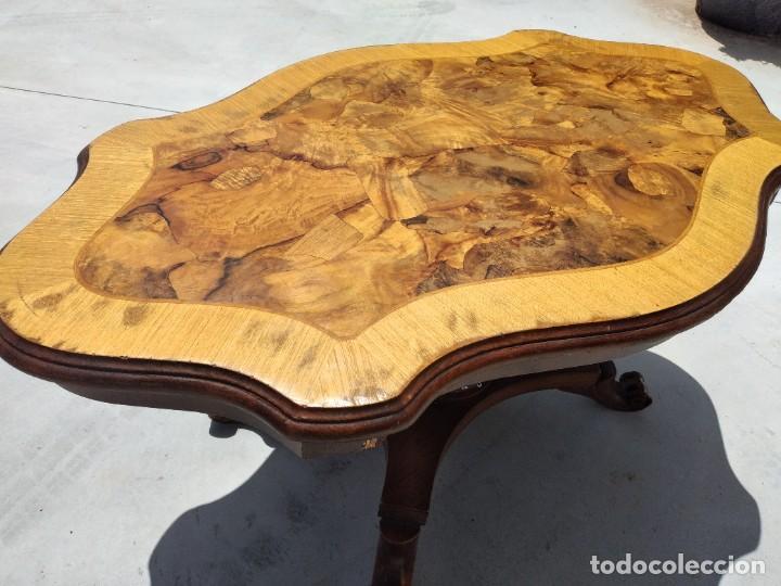 Antigüedades: Preciosa mesa de centro de salón de madera noble patas torneadas, varios tonos. - Foto 12 - 265818804