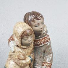 Antigüedades: FIGURA DE GRES, LLADRÓ. NIÑOS DEL ÁRTICO / ESQUIMALES. DE ESCULTOR: JUAN HUERTA.. Lote 265830709