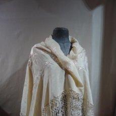 Antigüedades: MANTON BORDADO BLANCO SOBRE BLANCO. Lote 265887338