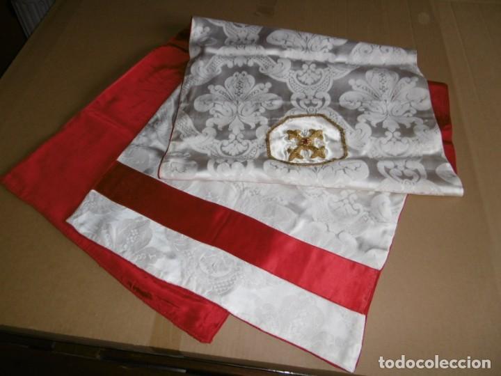 ANTIGUA TELA DAMASCO VELO HUMERAL. CRUZ HILO DE ORO. (Antigüedades - Religiosas - Ornamentos Antiguos)
