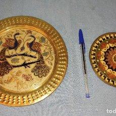 Antigüedades: ANTIGUA PAREJA DE PLATOS DECORADOS DE METAL. Lote 265985358