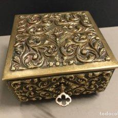 Antigüedades: ANTIGUO COFRE JOYERO DE BRONCE LABRADO. Lote 265990743
