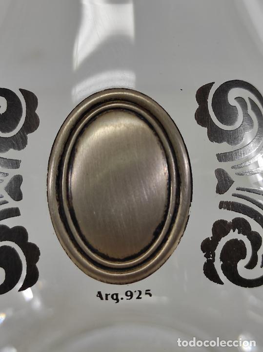 Antigüedades: Botella Licorera - Cristal Decorado - Centro en Plata de Ley, con Contrastes - Tapón Original - Foto 4 - 266036913