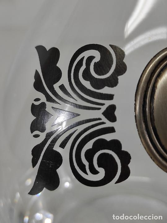 Antigüedades: Botella Licorera - Cristal Decorado - Centro en Plata de Ley, con Contrastes - Tapón Original - Foto 5 - 266036913