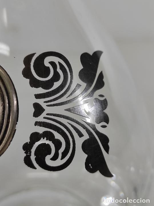 Antigüedades: Botella Licorera - Cristal Decorado - Centro en Plata de Ley, con Contrastes - Tapón Original - Foto 6 - 266036913