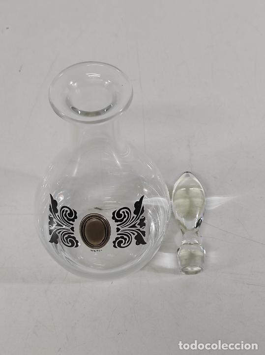 Antigüedades: Botella Licorera - Cristal Decorado - Centro en Plata de Ley, con Contrastes - Tapón Original - Foto 13 - 266036913
