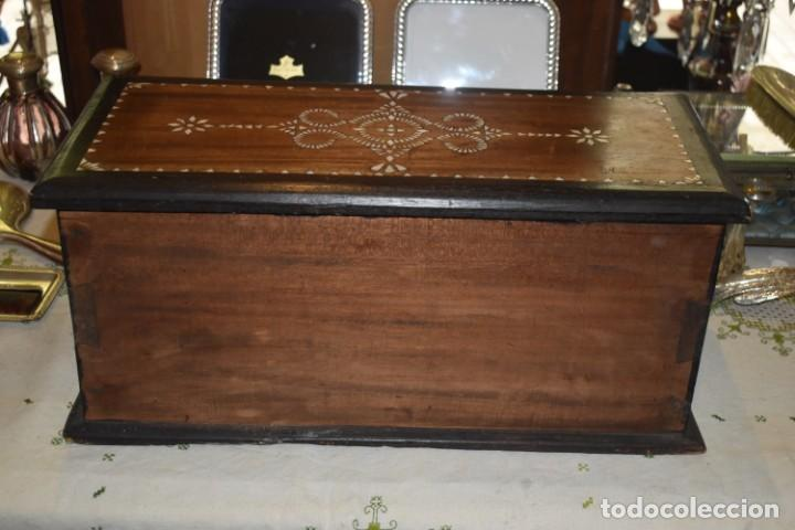 Antigüedades: MUY BONITA ARQUETA-BAÚL DE MADERA CON INCRUSTACIONES DE NÁCAR - Foto 2 - 266068103