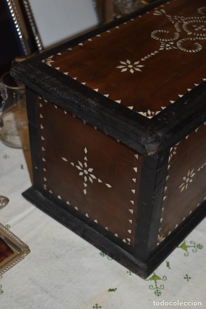Antigüedades: MUY BONITA ARQUETA-BAÚL DE MADERA CON INCRUSTACIONES DE NÁCAR - Foto 5 - 266068103