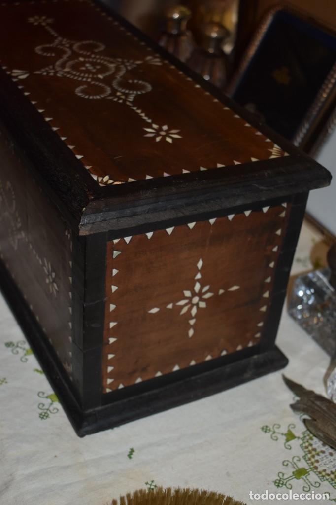 Antigüedades: MUY BONITA ARQUETA-BAÚL DE MADERA CON INCRUSTACIONES DE NÁCAR - Foto 6 - 266068103