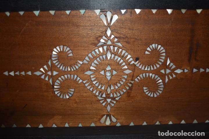 Antigüedades: MUY BONITA ARQUETA-BAÚL DE MADERA CON INCRUSTACIONES DE NÁCAR - Foto 8 - 266068103