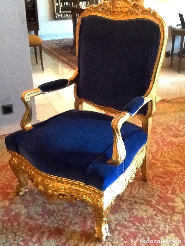 Antigüedades: Sofa sillones y mesa antiguos de madera tallada y dorada, tapizados en terciopelo azul - Foto 2 - 266076773