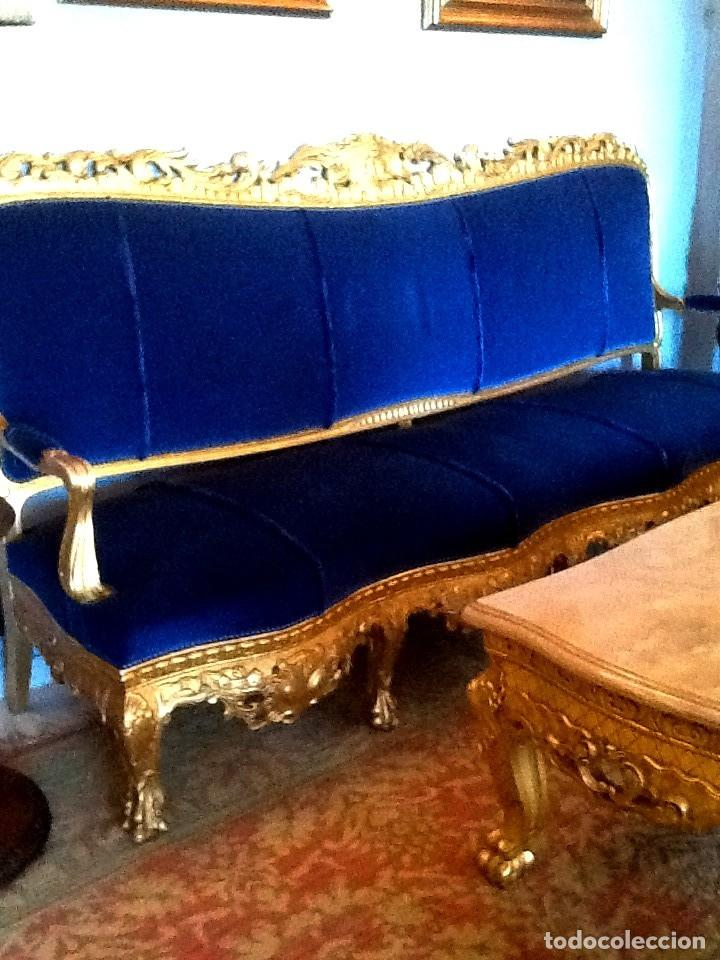 Antigüedades: Sofa sillones y mesa antiguos de madera tallada y dorada, tapizados en terciopelo azul - Foto 3 - 266076773