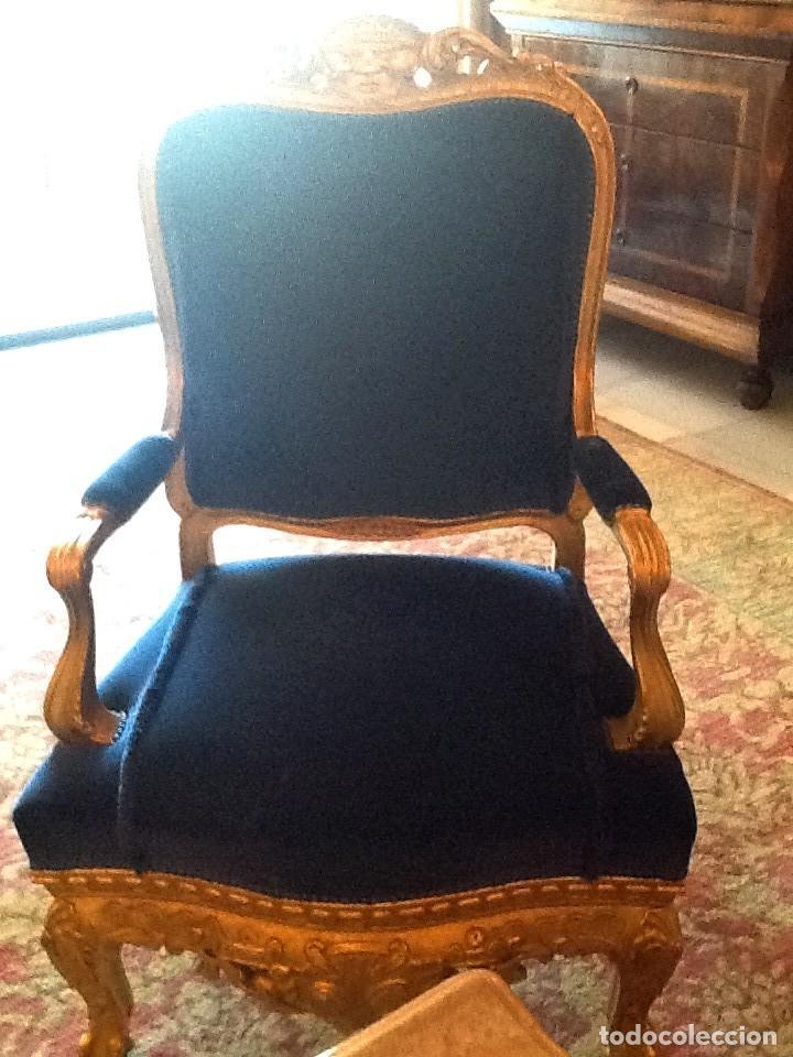 Antigüedades: Sofa sillones y mesa antiguos de madera tallada y dorada, tapizados en terciopelo azul - Foto 5 - 266076773