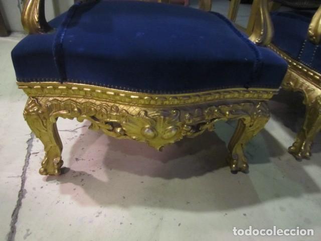 Antigüedades: Sofa sillones y mesa antiguos de madera tallada y dorada, tapizados en terciopelo azul - Foto 9 - 266076773