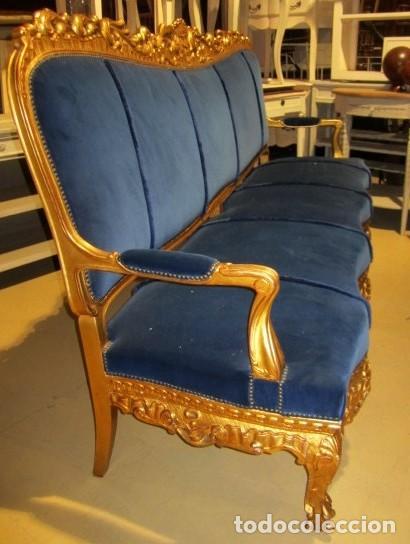 Antigüedades: Sofa sillones y mesa antiguos de madera tallada y dorada, tapizados en terciopelo azul - Foto 10 - 266076773