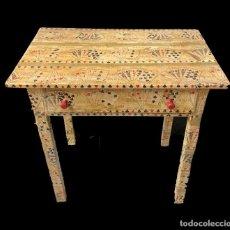 Antigüedades: MESA TOCINERA ANTIGUA DECORADA CON NAIPES Y CARTAS, IDEAL. Lote 261139310