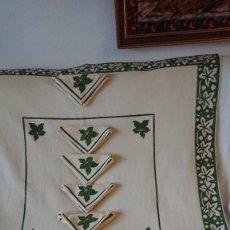 Antigüedades: MANTEL Y CINCO SERVILLETAS, HECHO A MANO. VERDE Y CREMA. Lote 266309883
